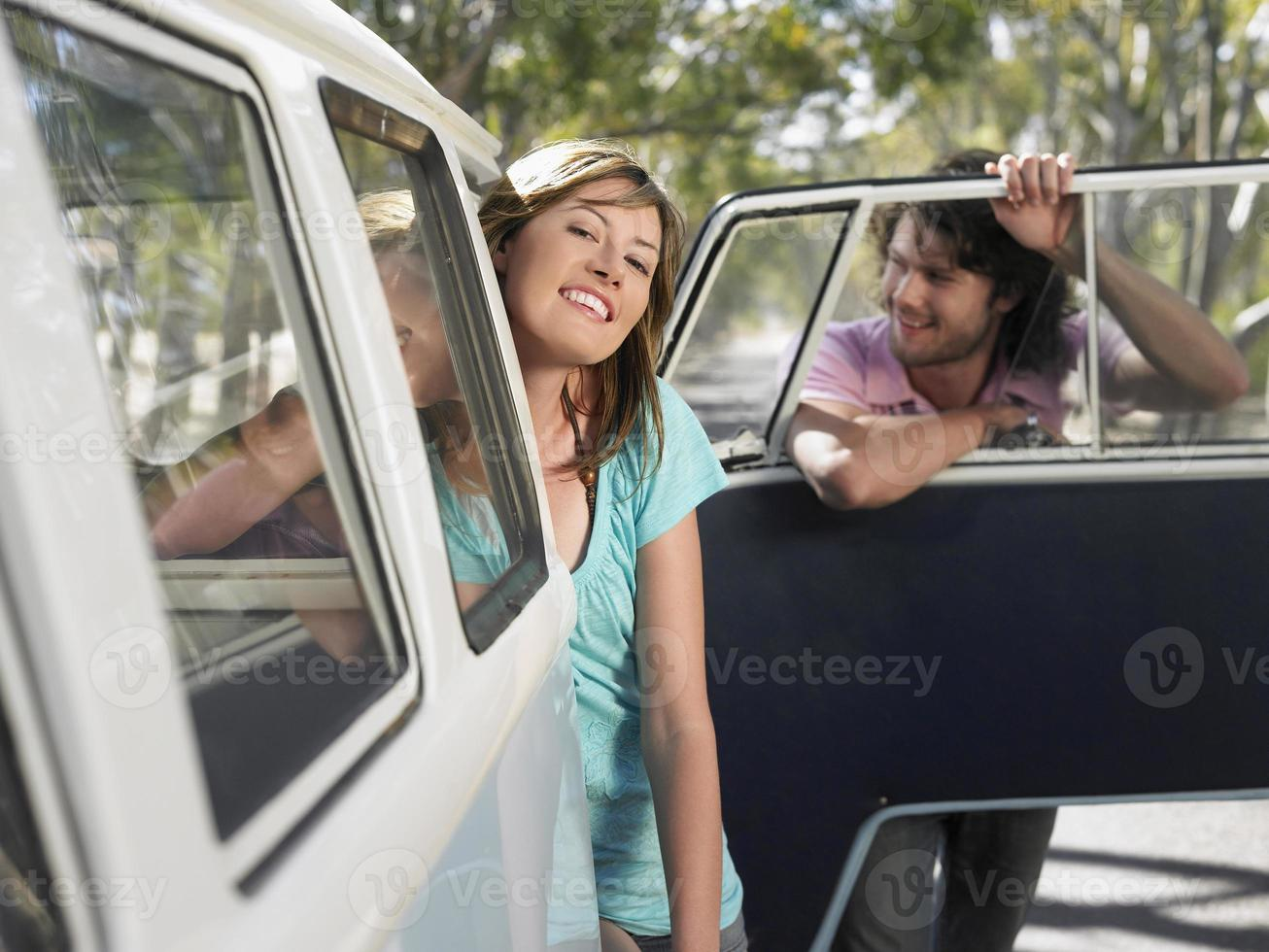 par som lutar sig från campervan under bilresa foto