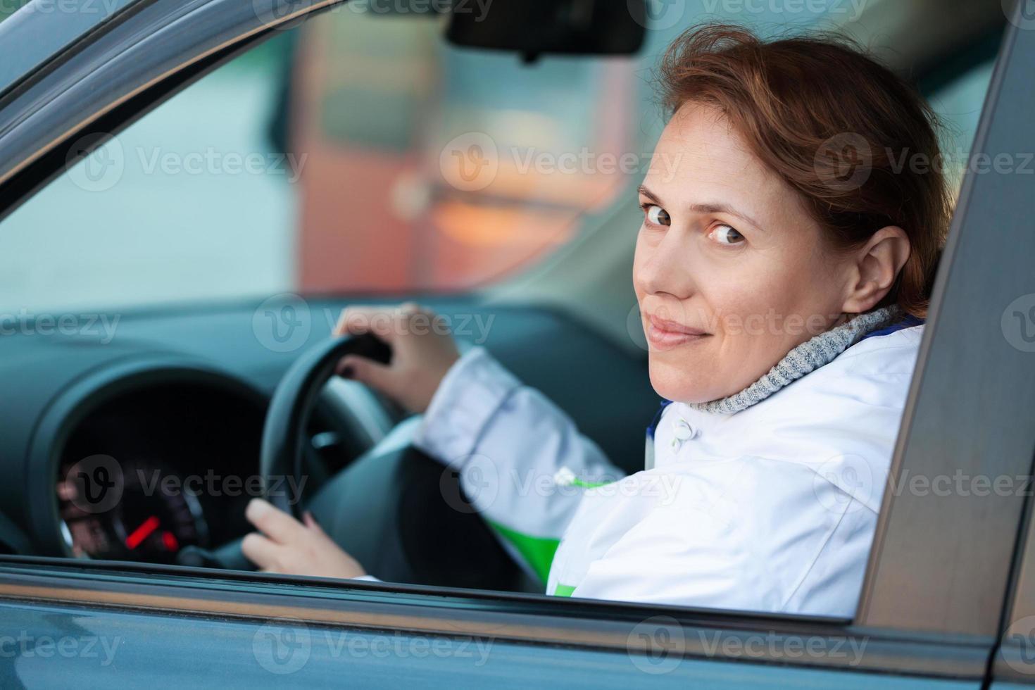 ung kaukasisk kvinna som förare i en bil foto
