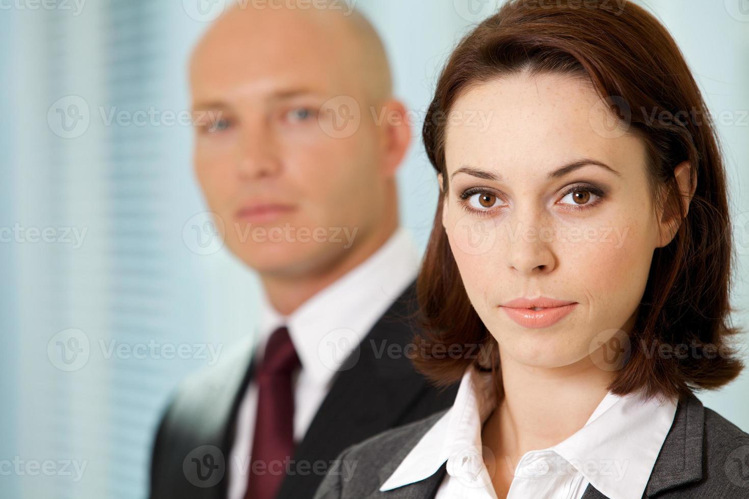 porträtt av den unga kaukasiska affärsmannen och affärskvinnan in off foto