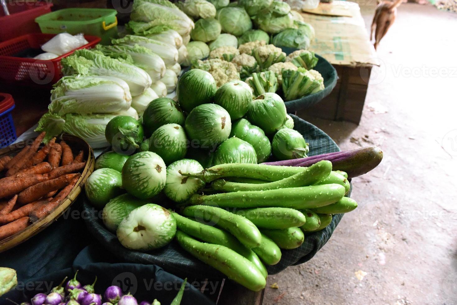 grönsak på färsk marknad foto
