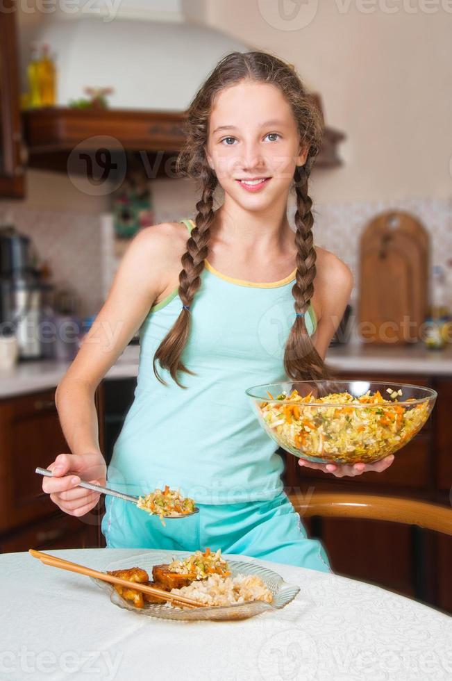ung flicka matlagning. hälsosam mat foto