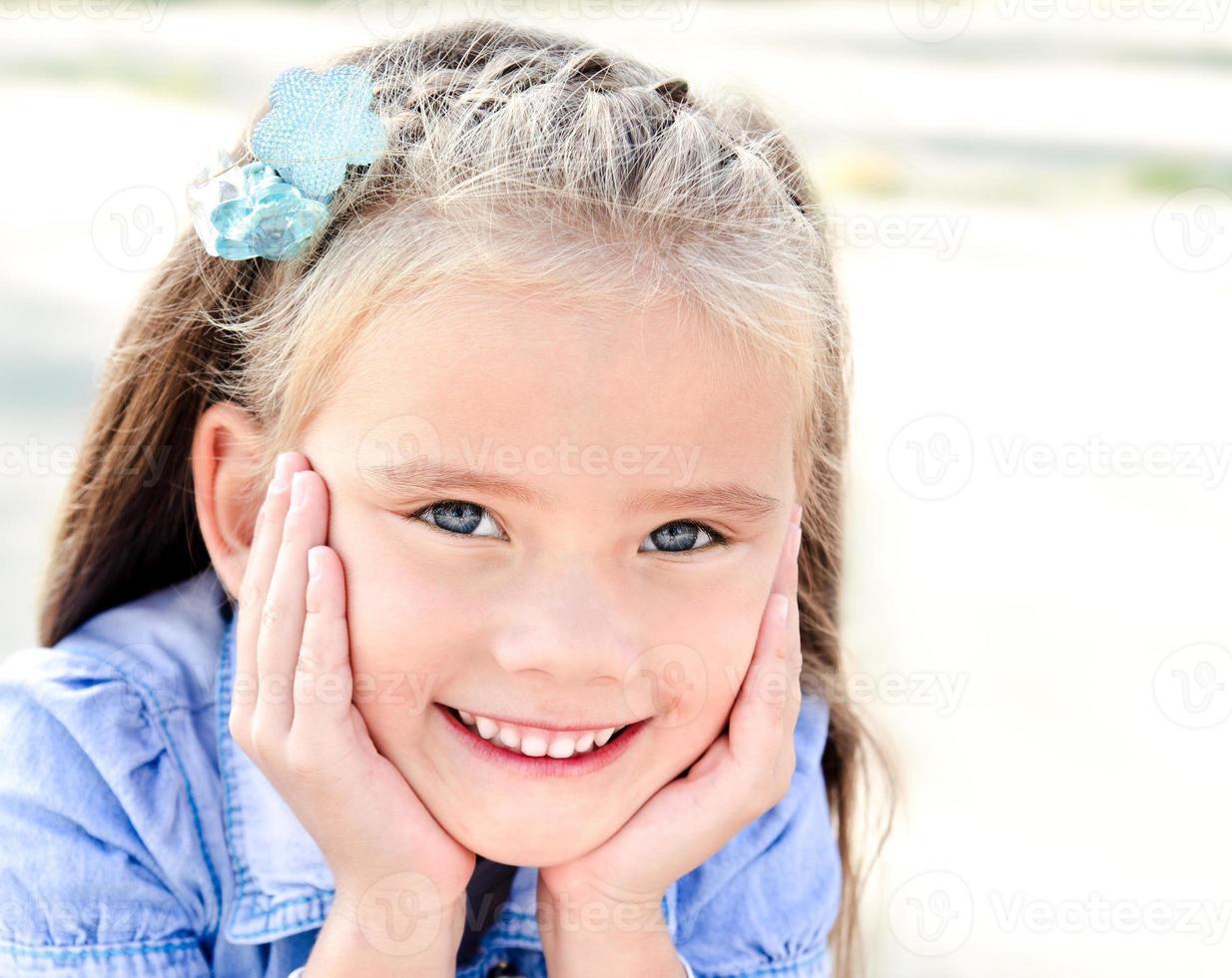 porträtt av bedårande leende liten flicka foto