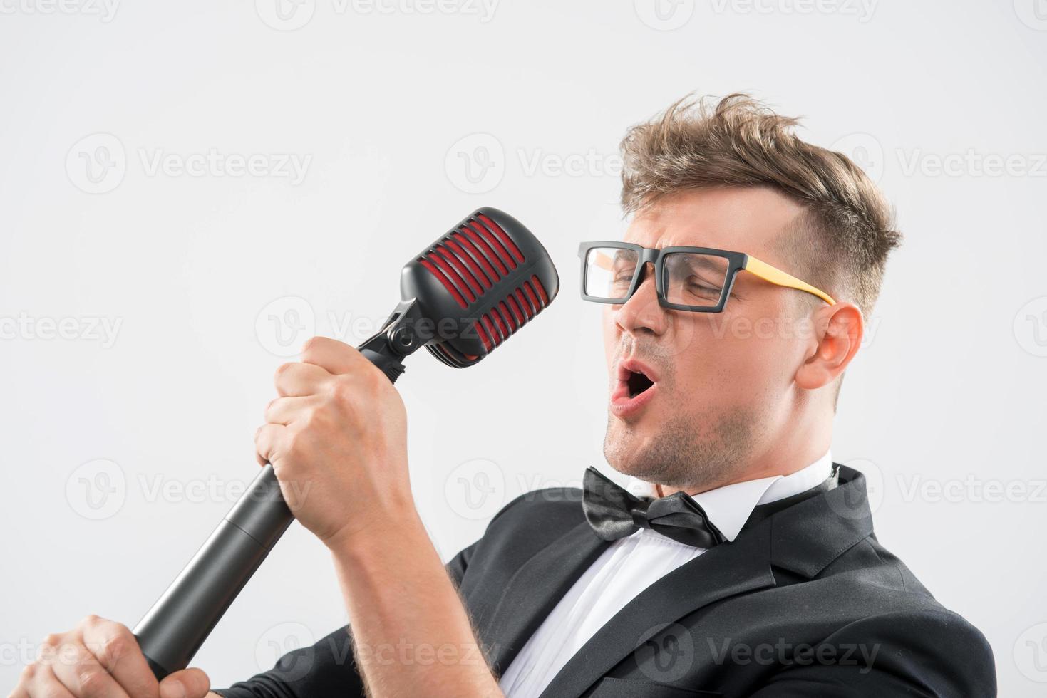 mc sjunger i mikrofon foto