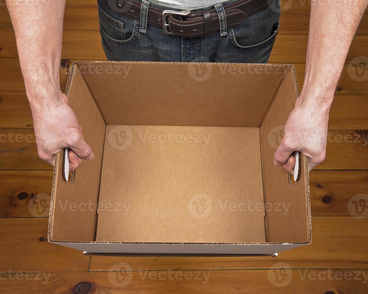 man håller tom låda foto