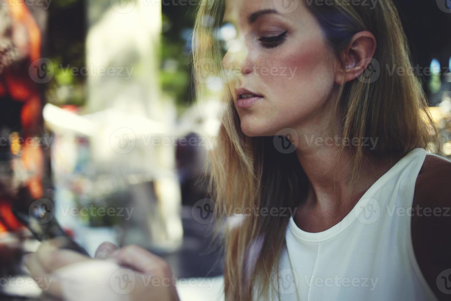 kvinna läste meddelande i mobiltelefon under vila efter promenad foto