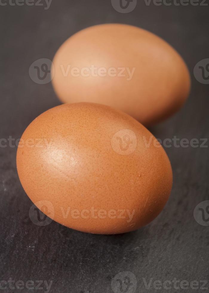 färska ett ägg isolerad på svart bakgrund foto