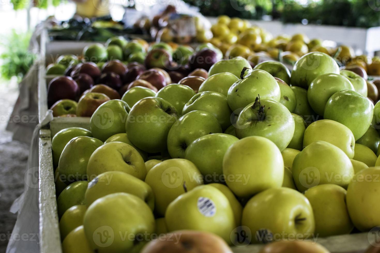 diverse äpplen som visas på jordbrukarnas marknad foto