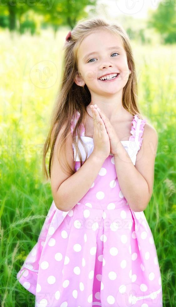 porträtt av bedårande glad liten flicka foto
