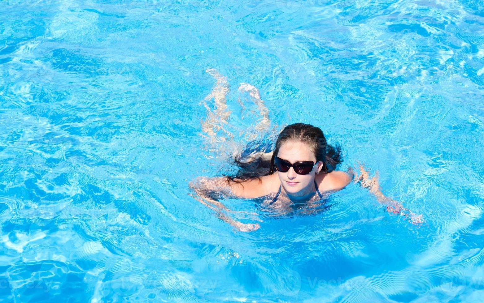 ung flicka i poolen foto
