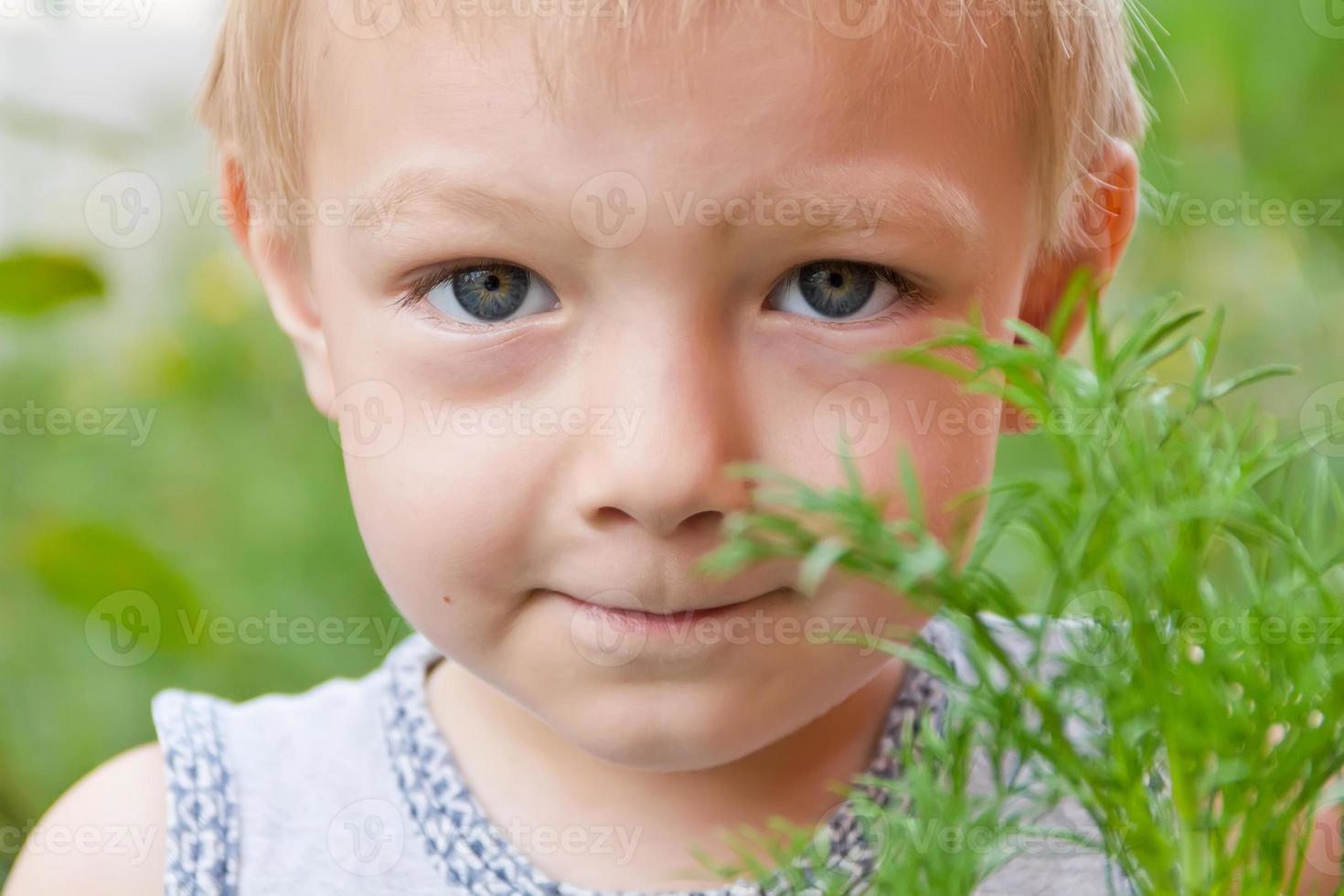 porträtt av söt pojke foto