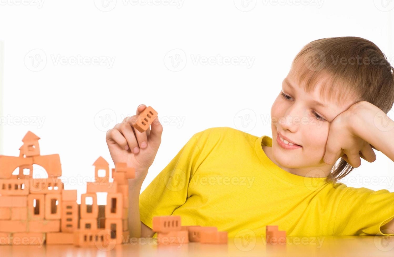 ung pojke konstruerar foto