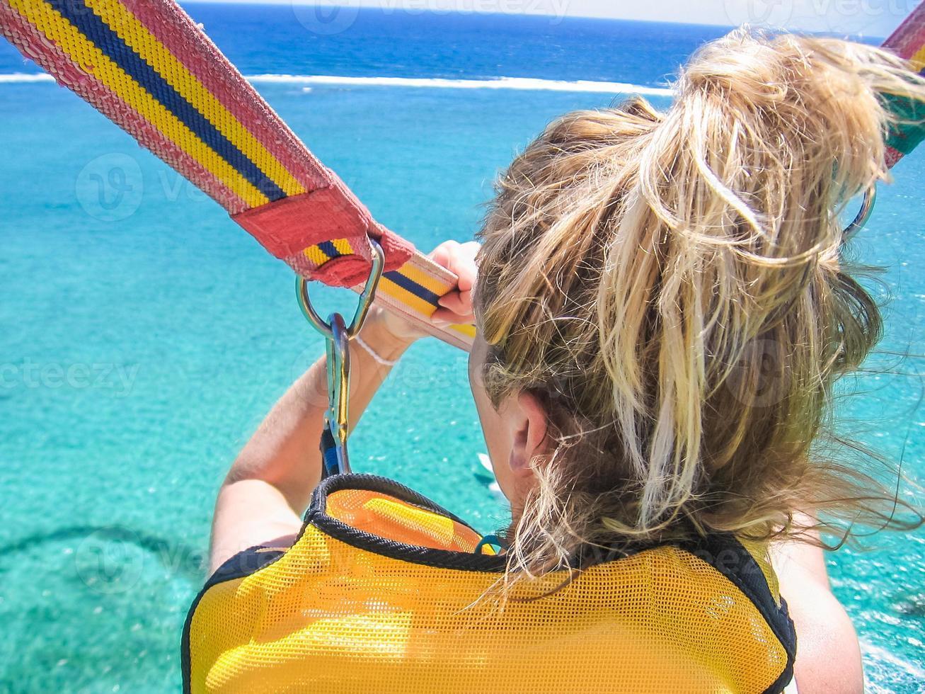 kvinna parasailing foto