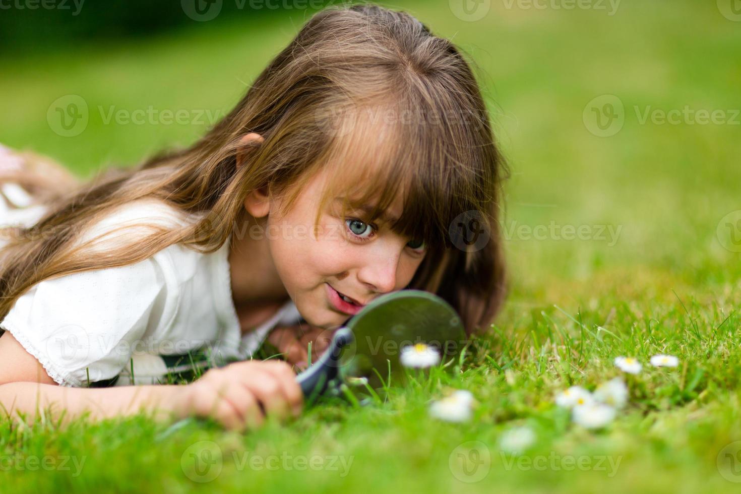 tjej med mikroskop foto