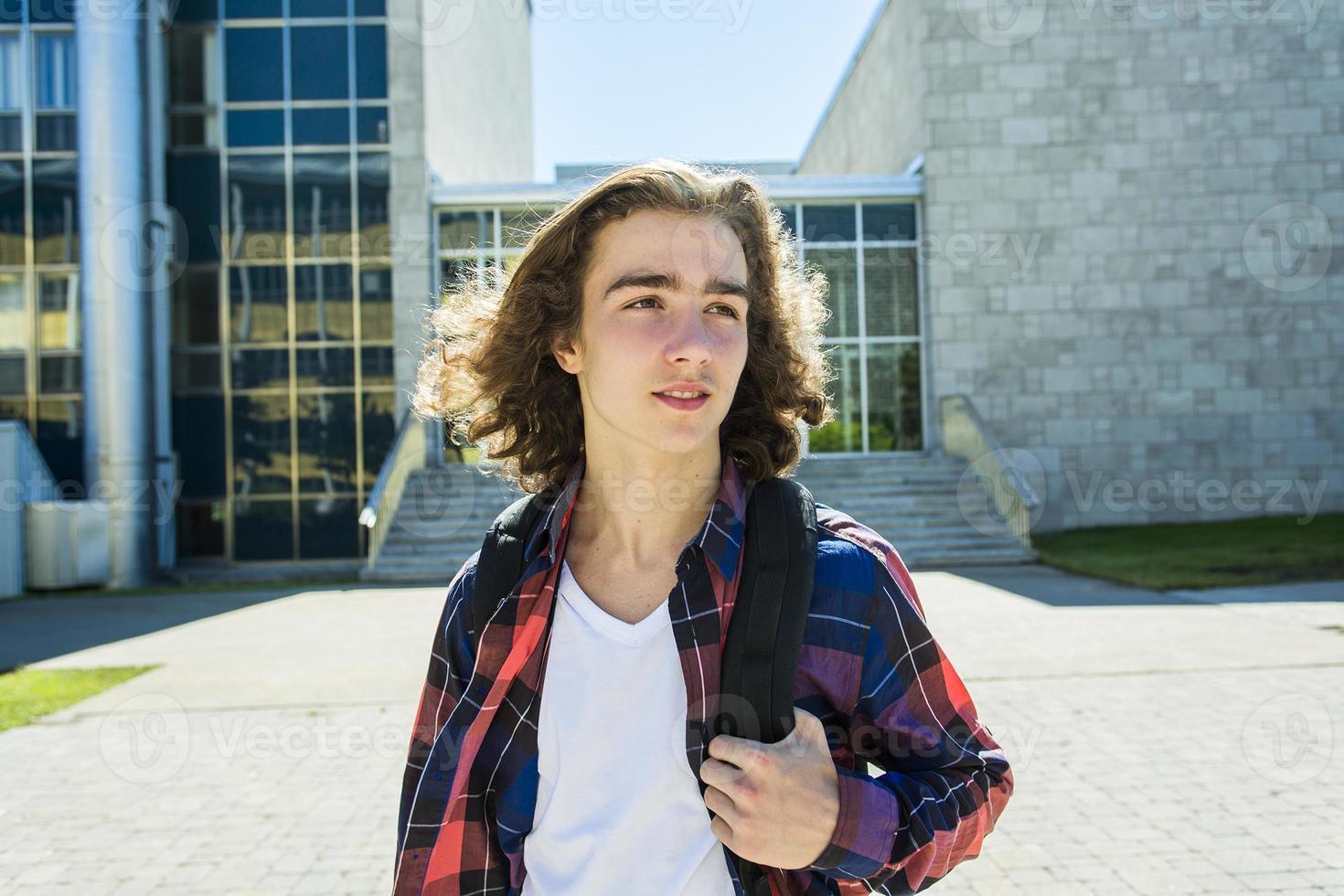ung stilig manlig student på högskolan, utomhus foto