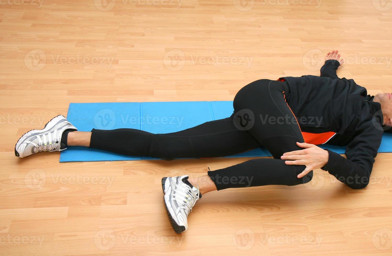 man gör postural övningar foto