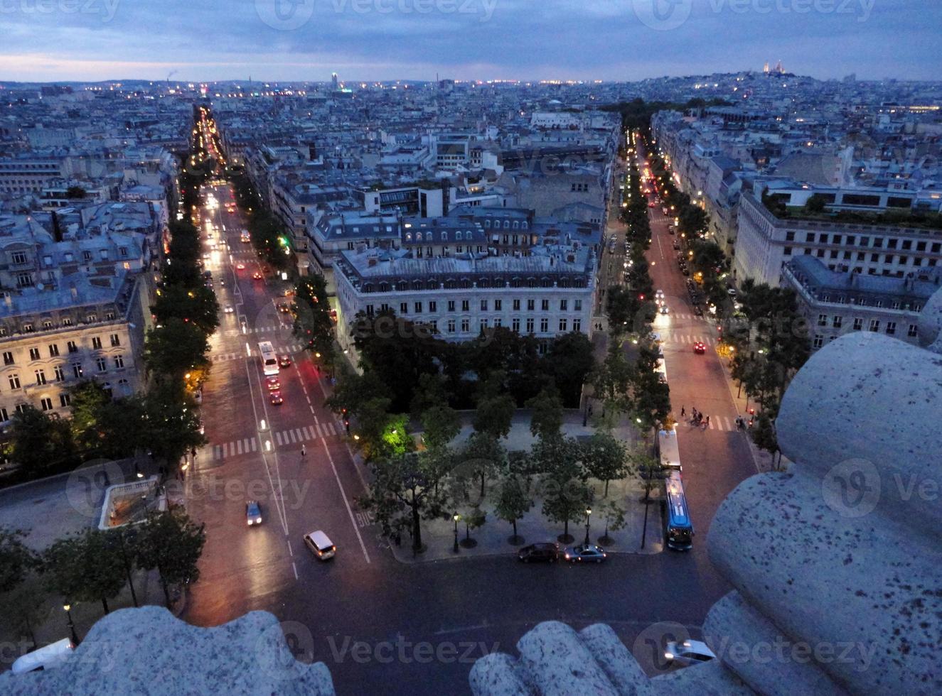 utsikt över Paris från Triumfbågen i skymningen foto
