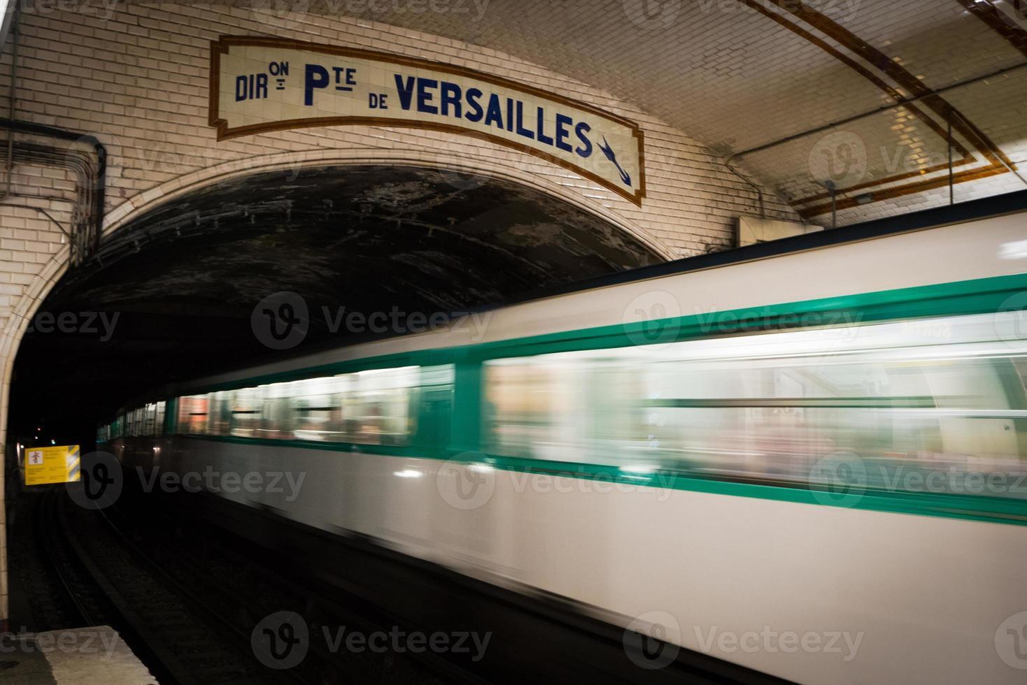 paris underground, på pte. de versailles stopp foto