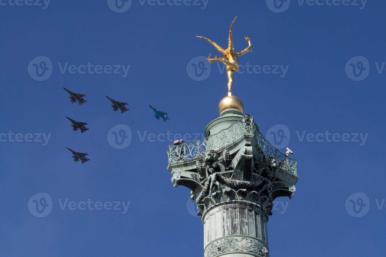 jets i formation över paris den 14 juli (bastille dag) foto