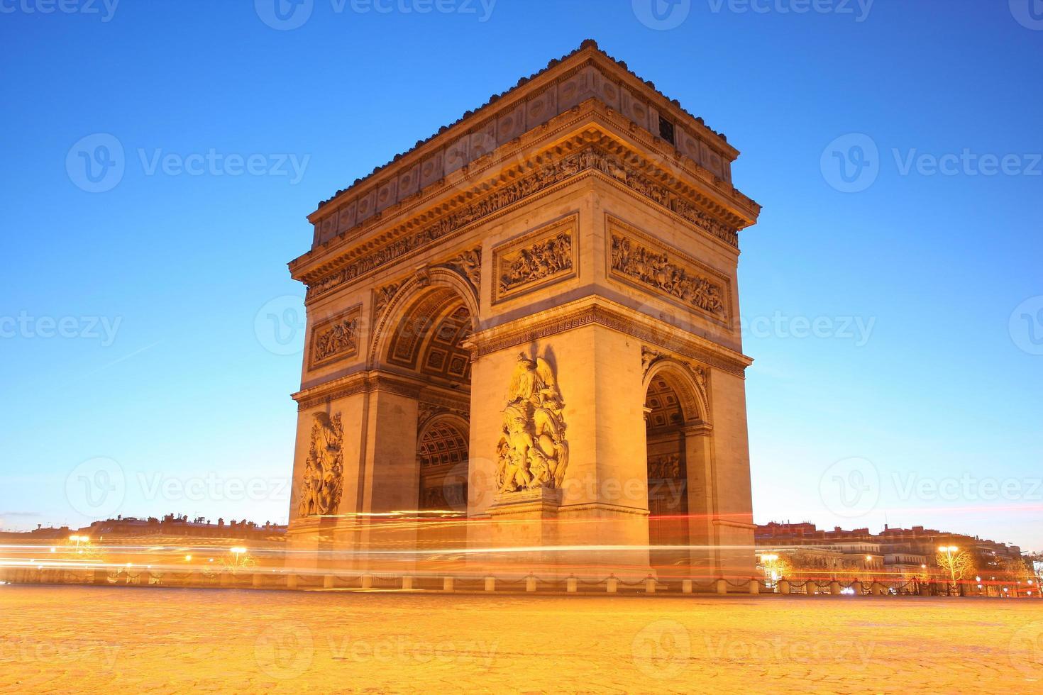 berömd Arc de Triomphe på kvällen, Paris, Frankrike foto