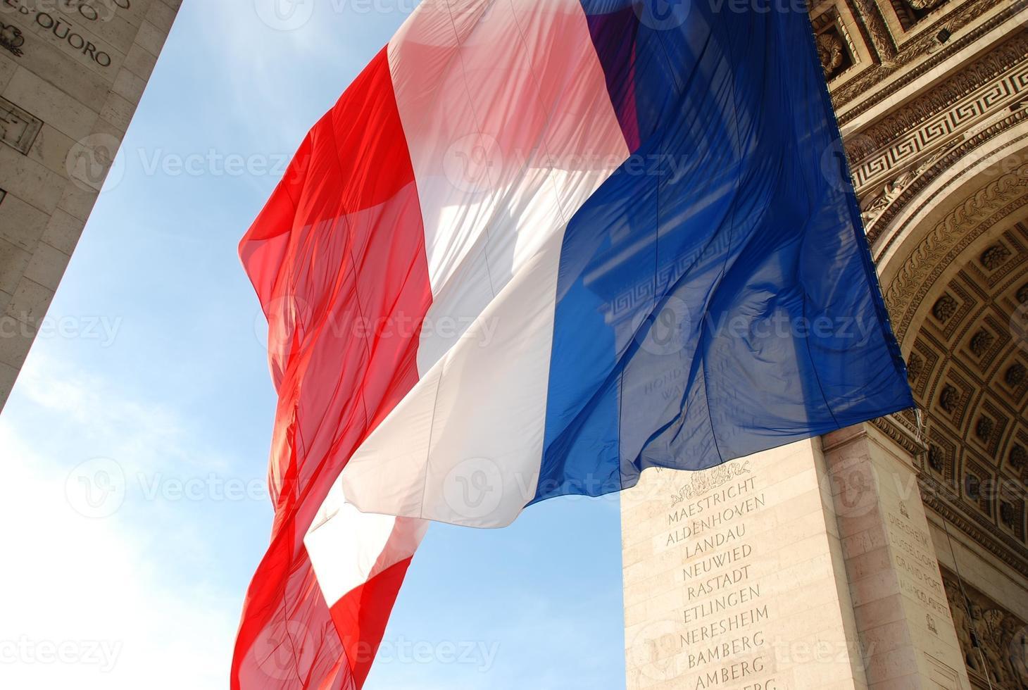 stor fransk flagga som blåser i vinden foto