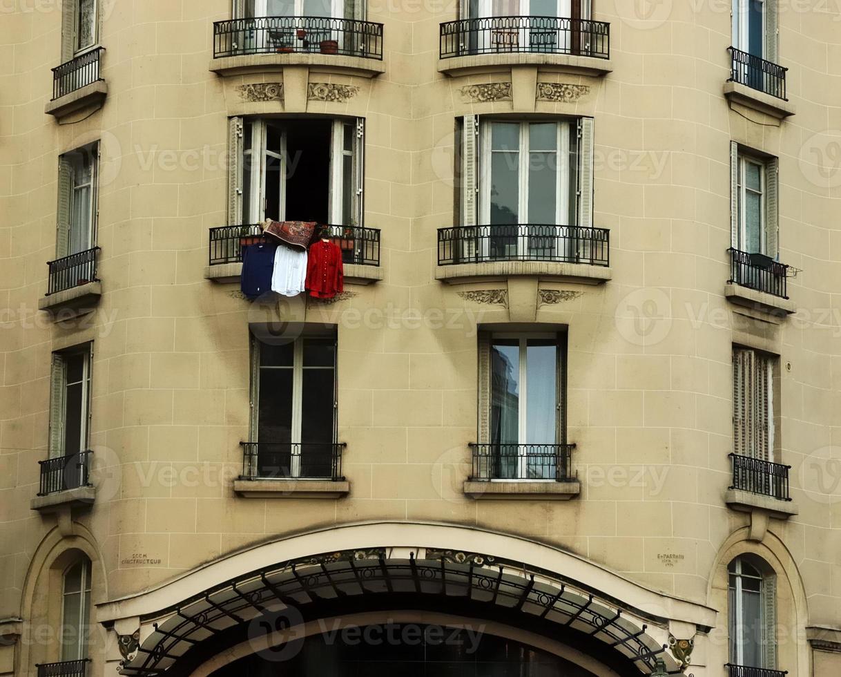 franska flaggan paris fönster foto