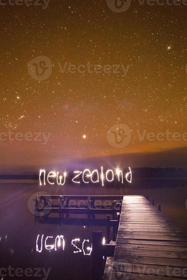 Nya Zeeland tecken över pir och stjärnklar natt foto