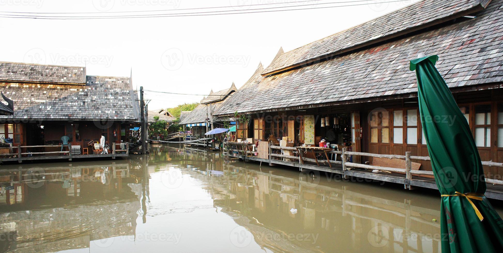 thailändsk multikultur flytande marknad pattaya foto