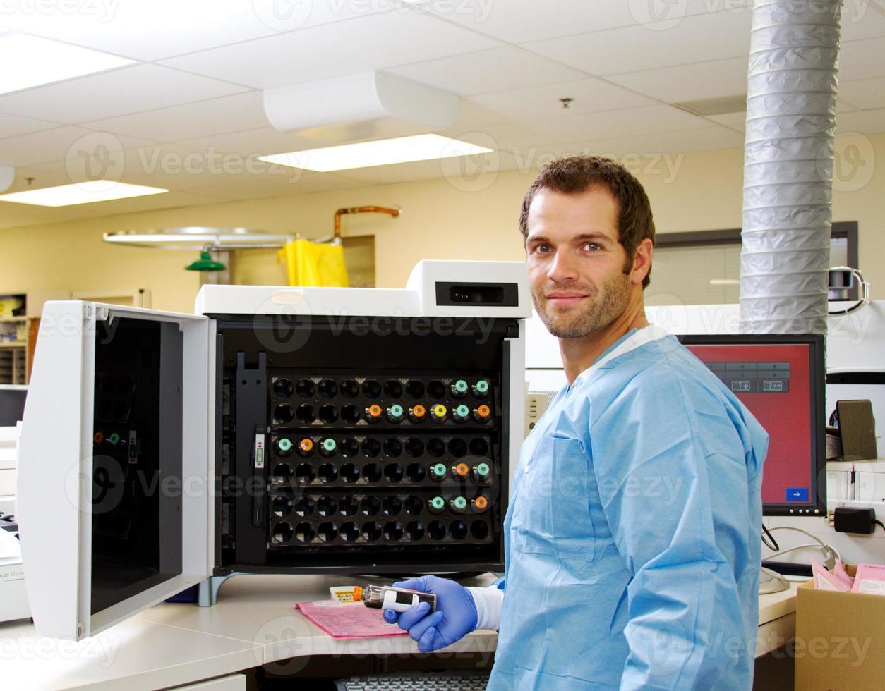 laboratorietekniker med blodkulturprov foto