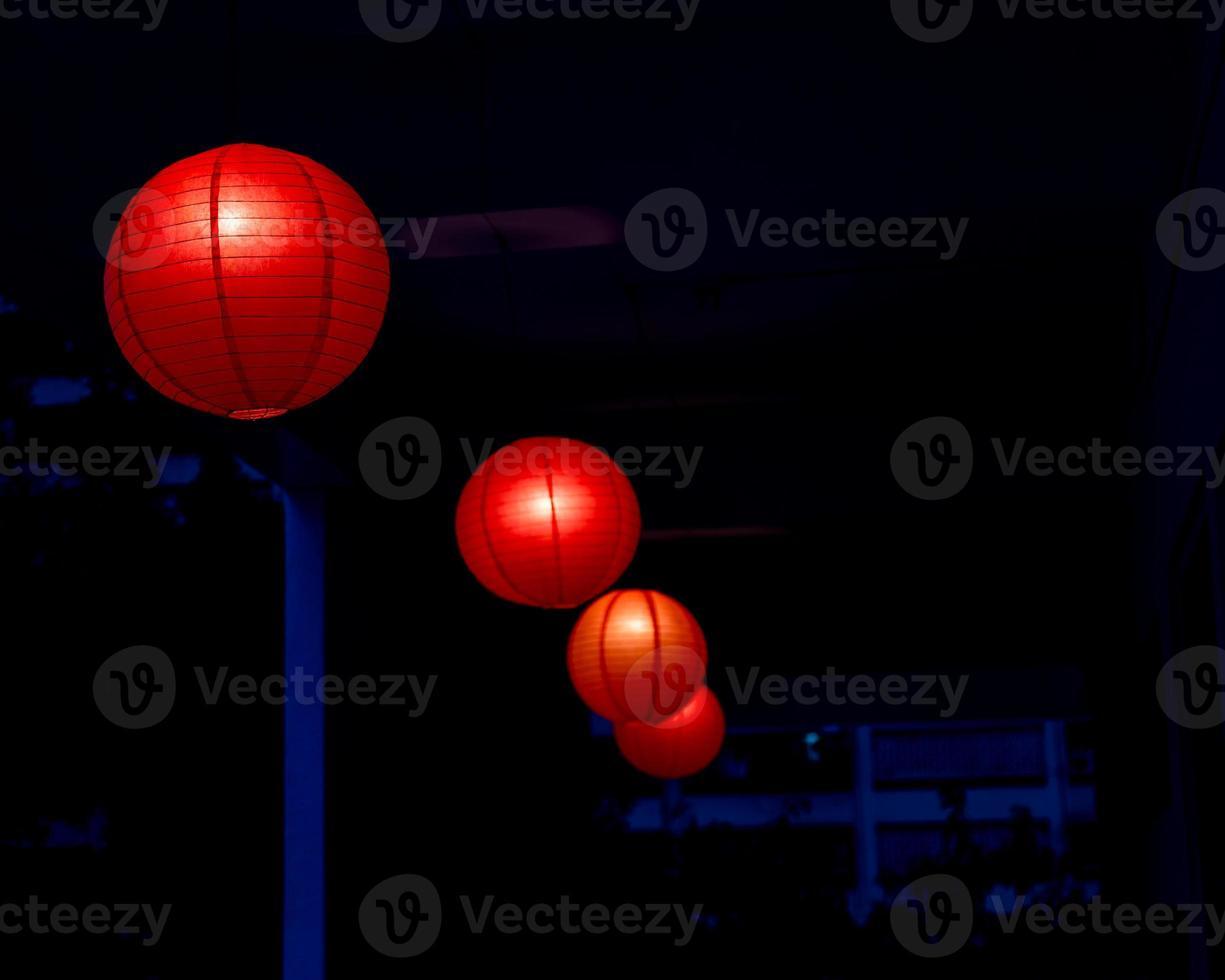 rad med röda kinesiska lyktor foto