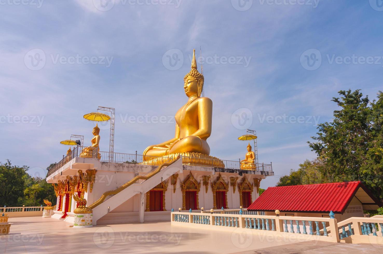 stor vacker guld buddha i wat phathep nimit foto
