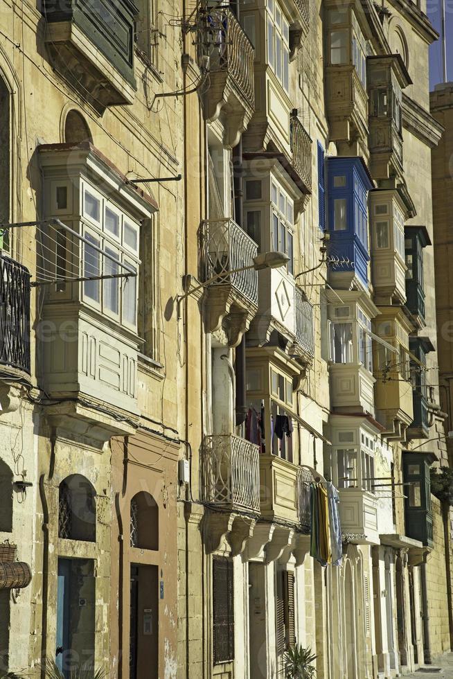 typiska fönster i valletta-malta foto