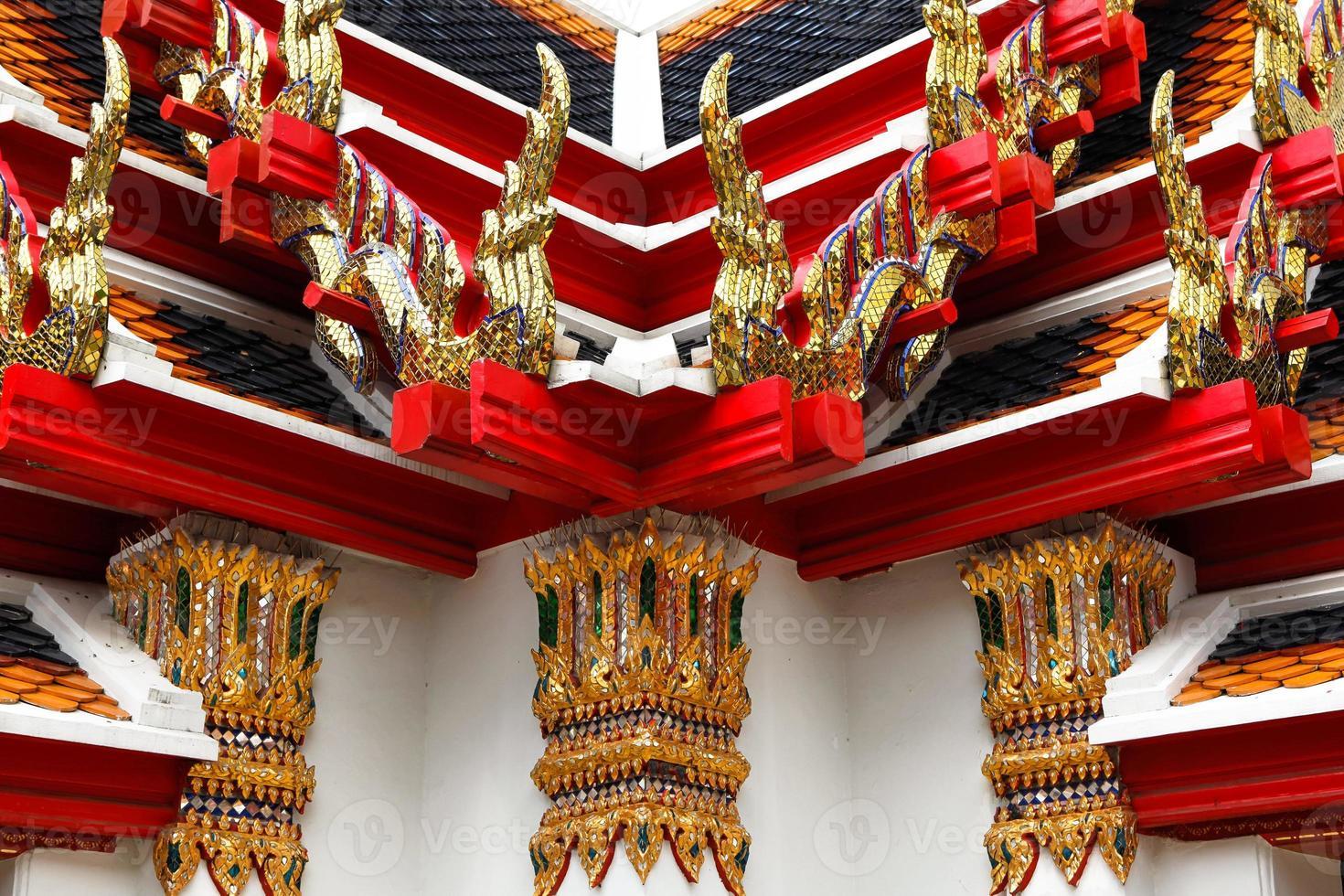 dekorativa element i ett buddhistiskt tempel foto