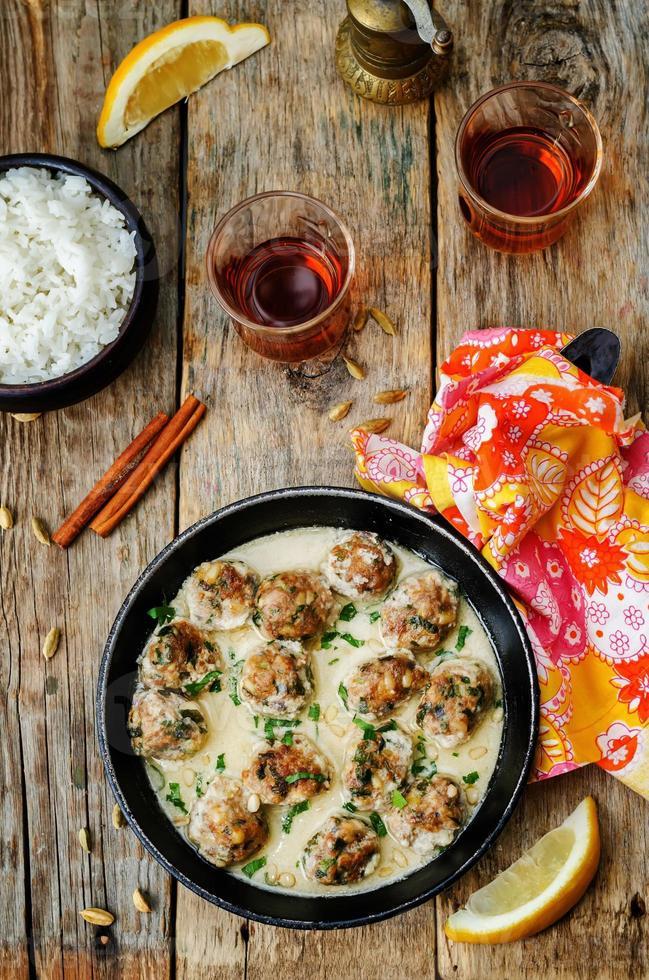 marockanska citronkardemummaköttbullar med ris foto