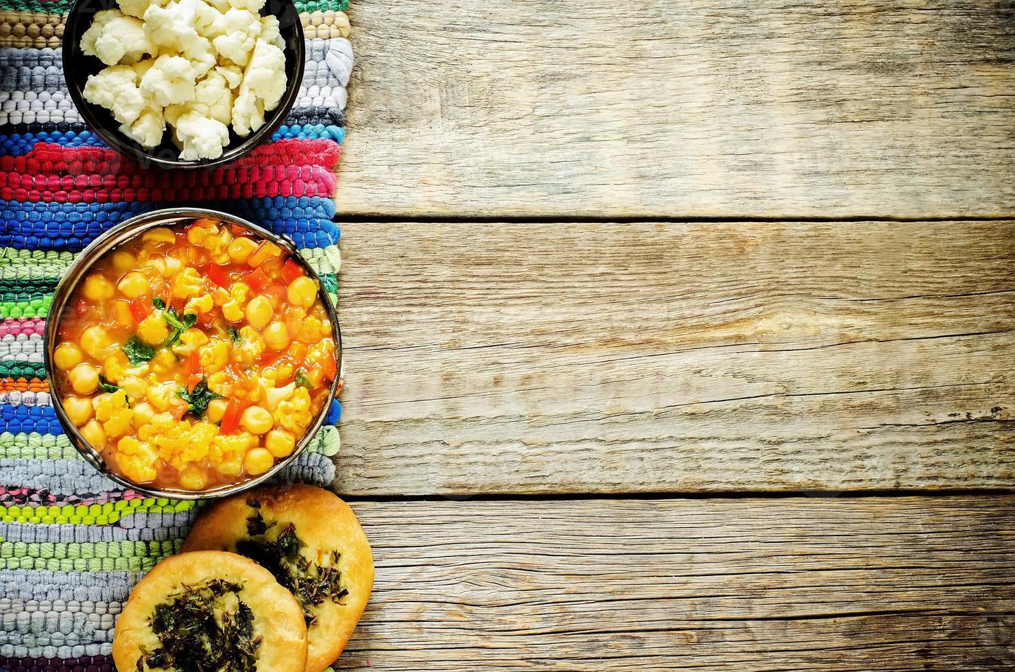 curry kikärter med grönsaker och arabiskt plattbröd foto