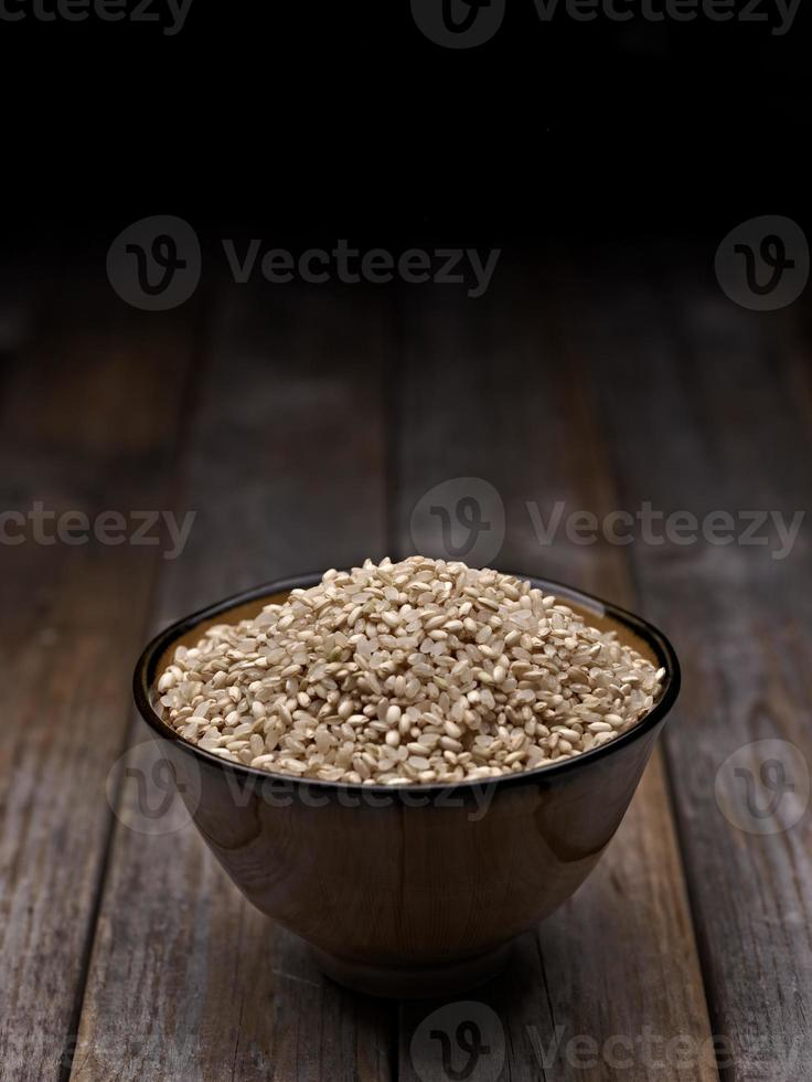 en skål med okokt brunt ris på bordet foto