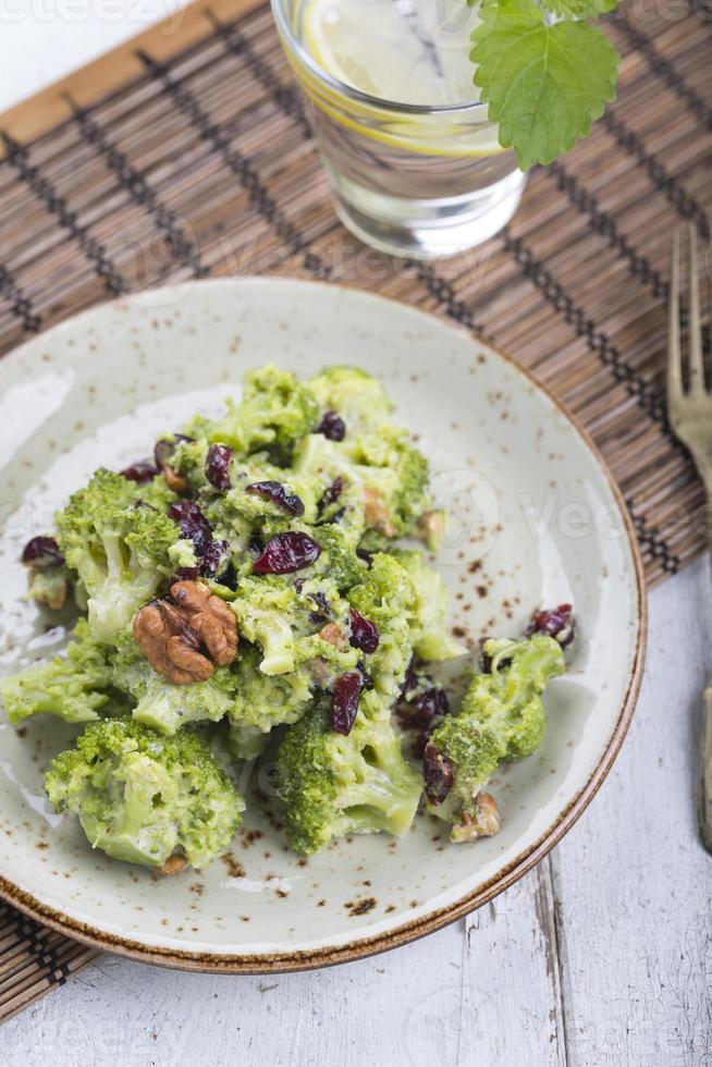 vegansk sallad med broccoli, valnöt och torkat körsbär foto