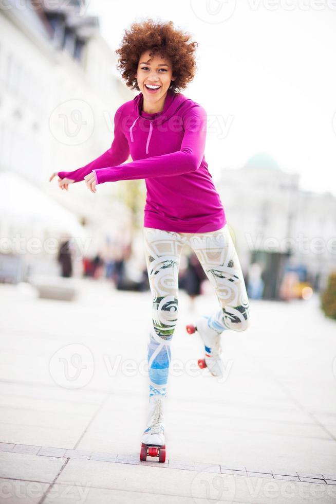 ung kvinna rullskridskor foto