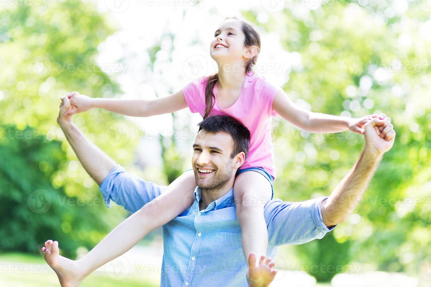 far som ger sin dotter en piggyback foto