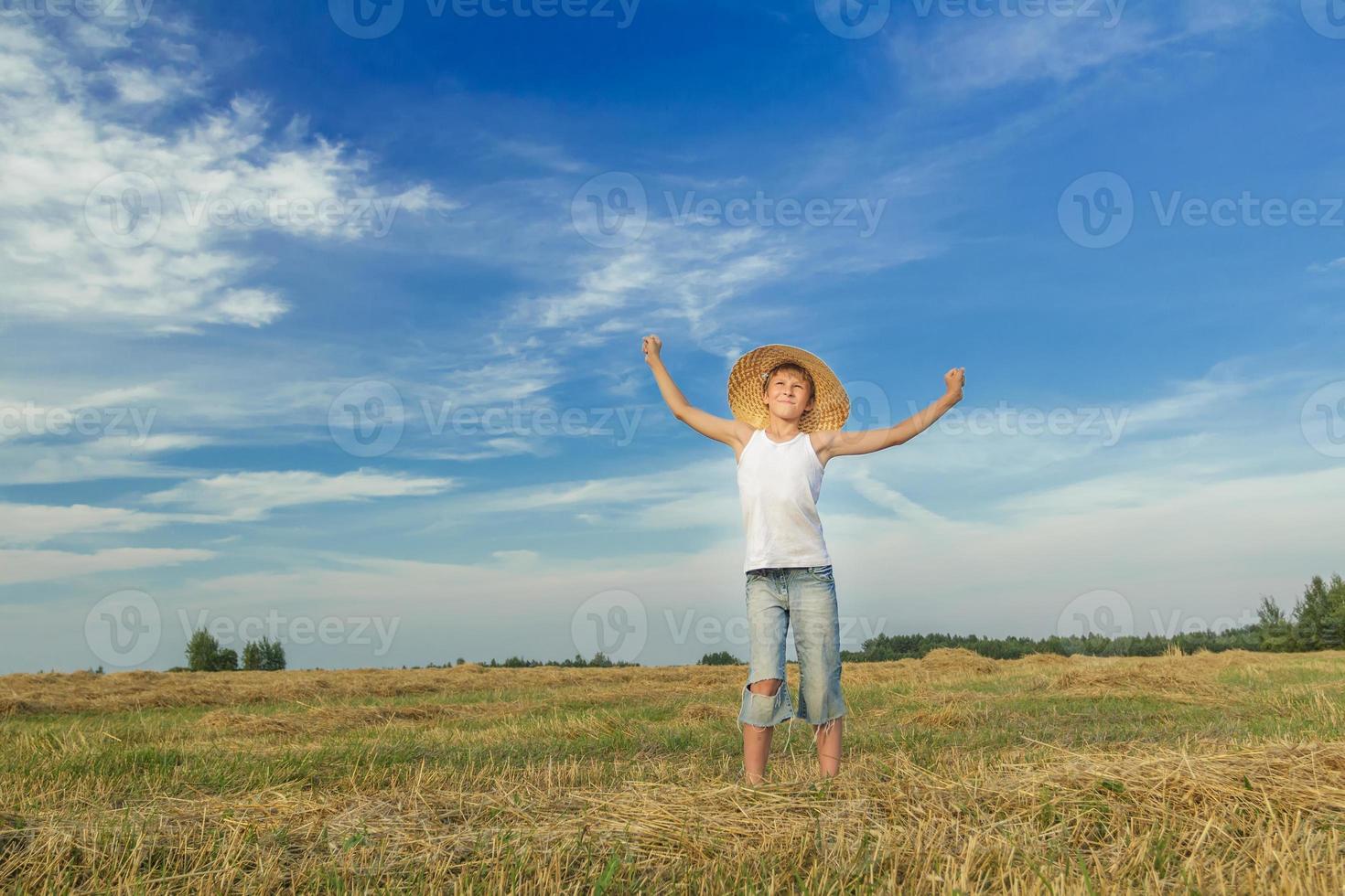 porträtt av glad tonårsbonde på fältet foto