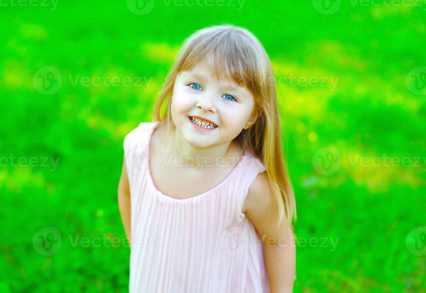 porträtt av leende barn liten flicka att ha kul på sommaren foto
