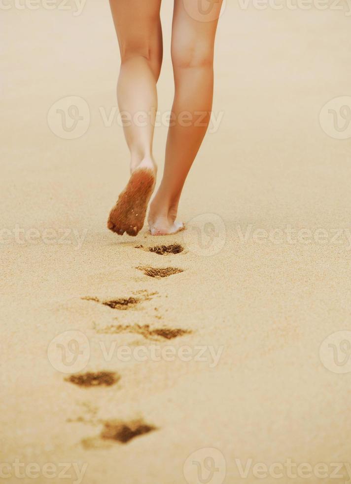 spår barfota fötter i sanden foto
