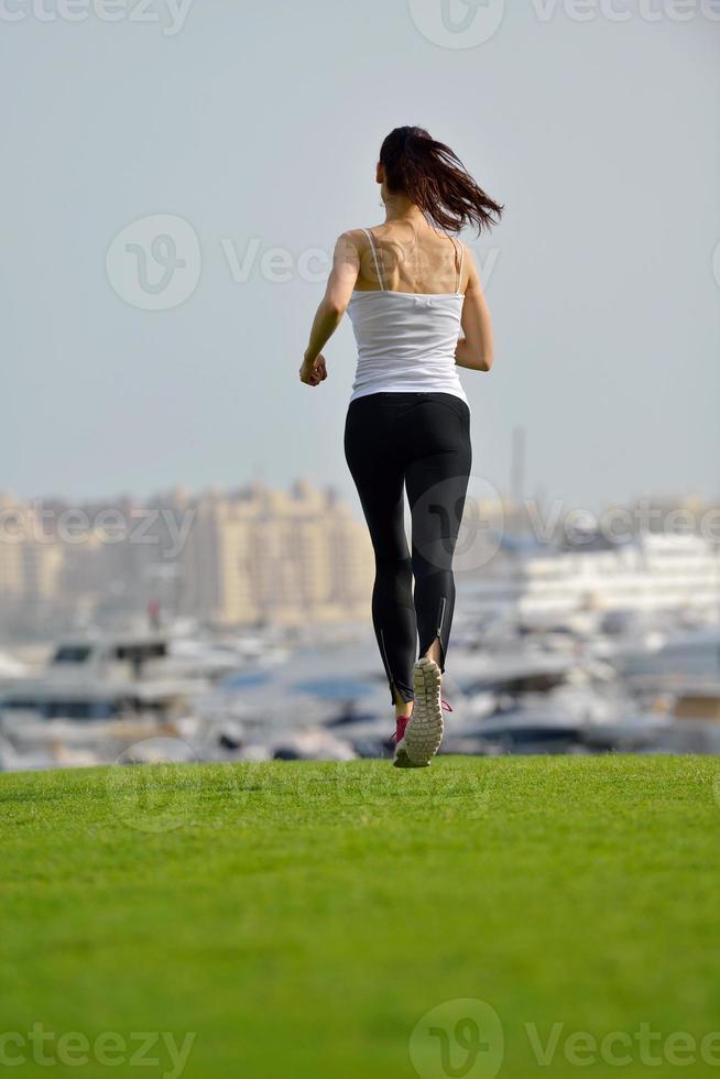 kvinna som joggar på morgonen foto