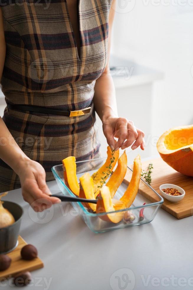 närbild på ung hemmafru matlagning pumpa foto