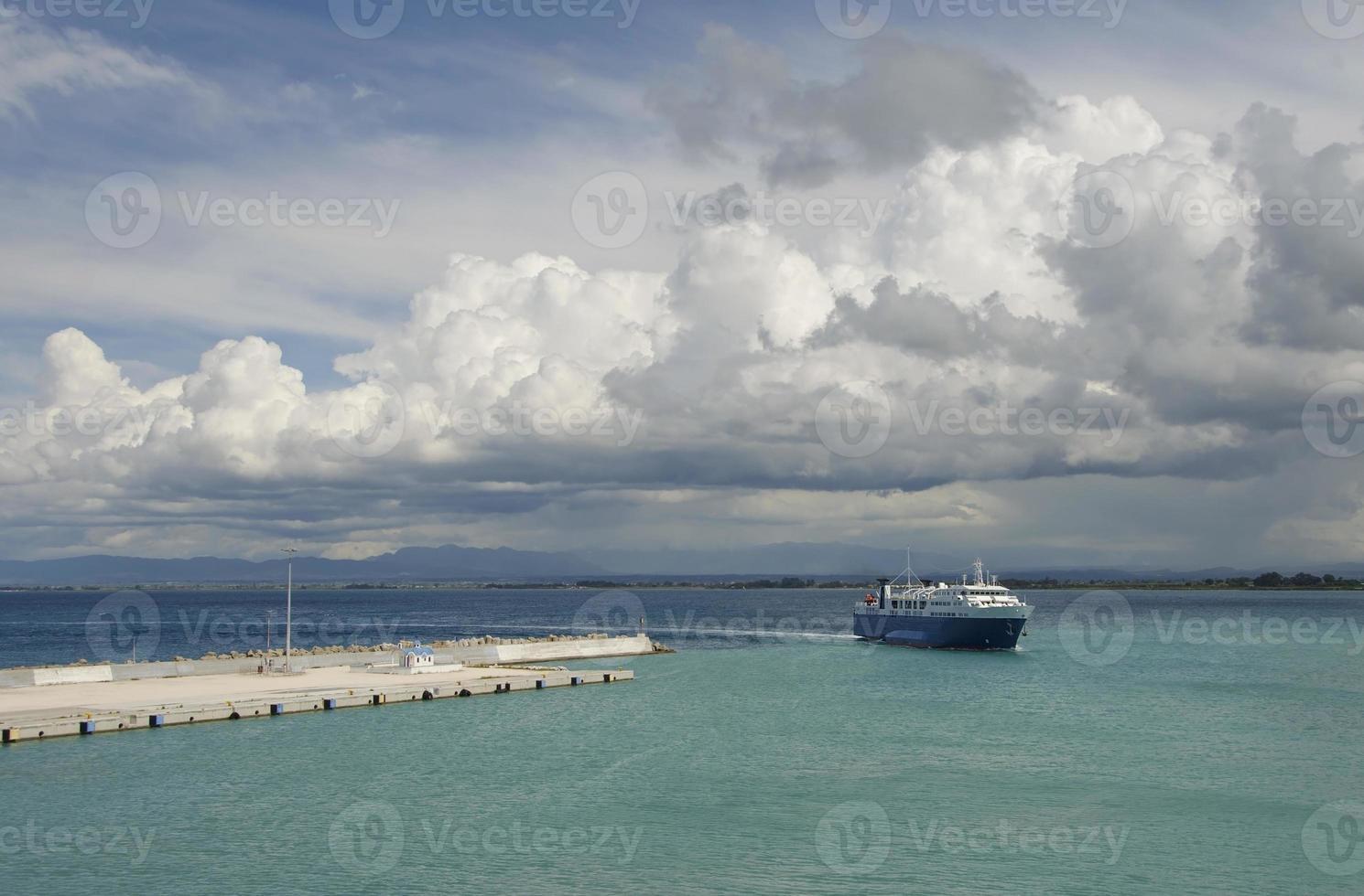 färja återvänder till hamnen foto