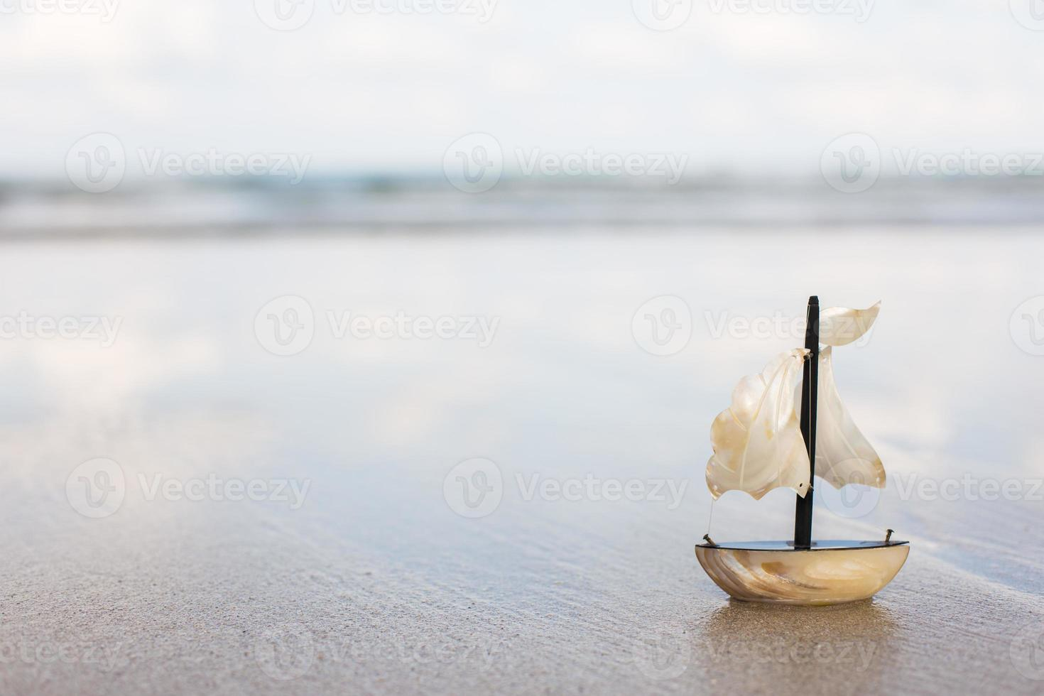 leksak segelbåt på stranden foto