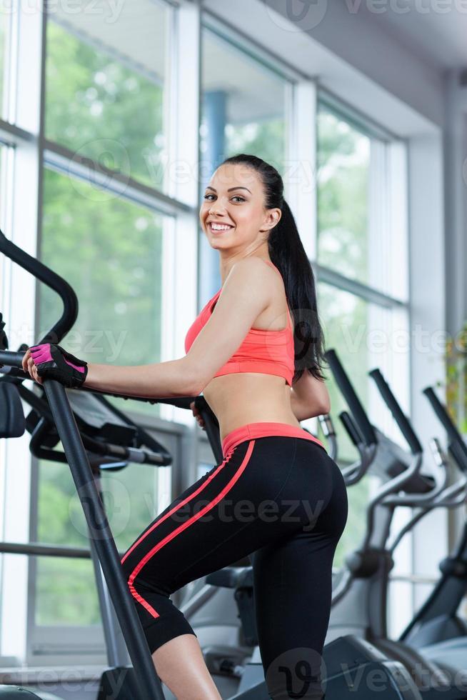 sportkvinna som utövar gym, gym foto