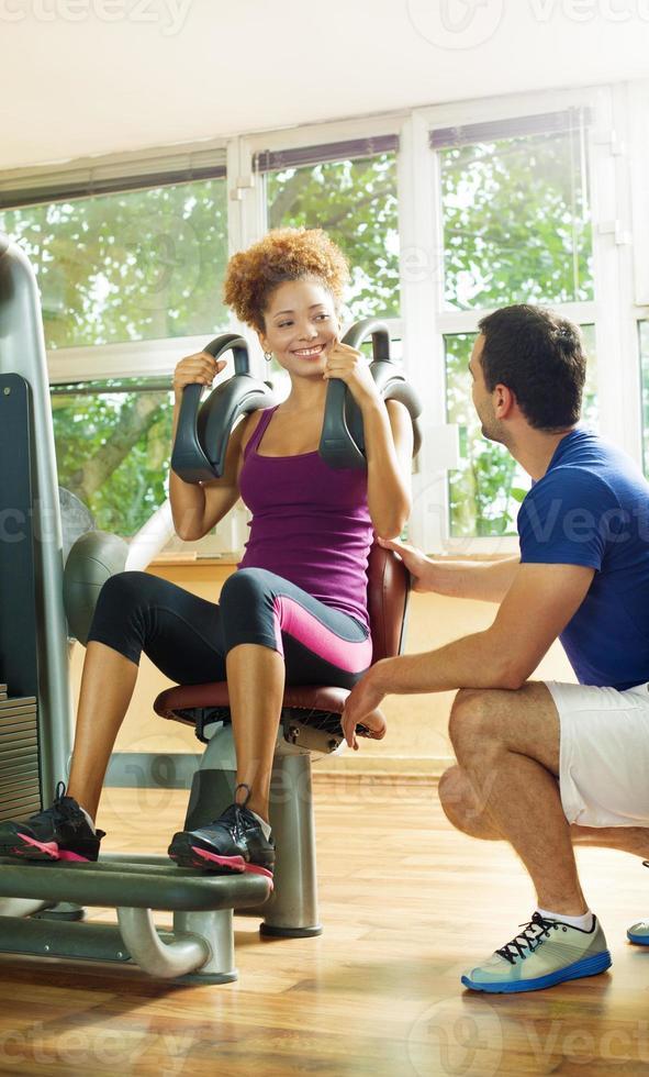 afrikansk amerikansk kvinna övar i ett gym. foto