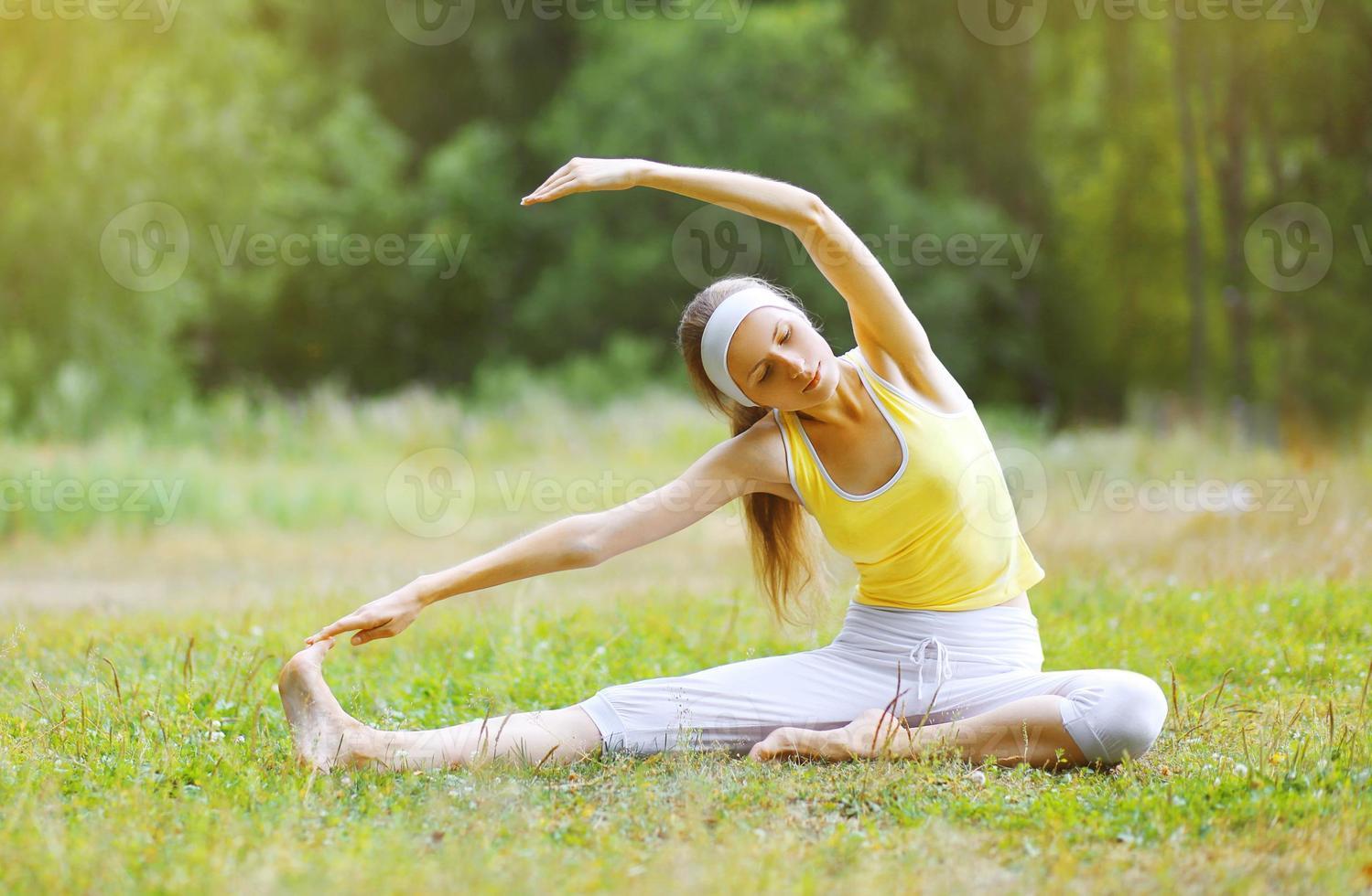 sport, fitness, yoga - koncept, kvinna som utövar foto