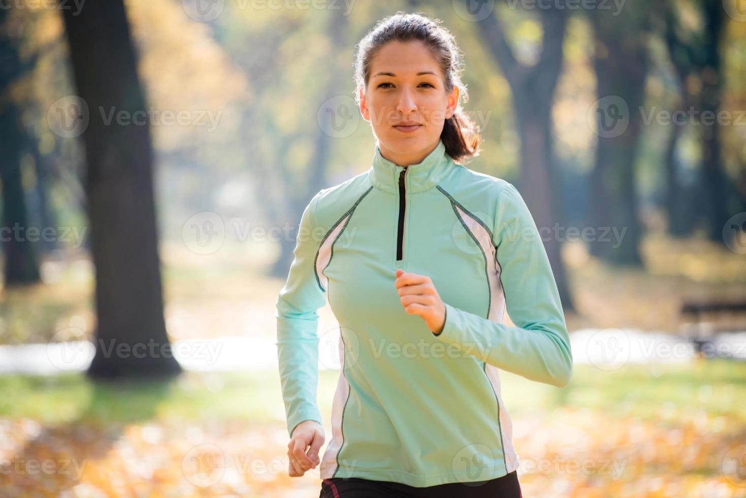 kvinna som joggar i naturen foto