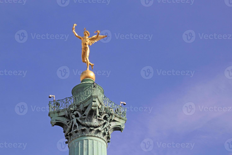 genie de la liberte i juli kolumnen, bastille plats. foto
